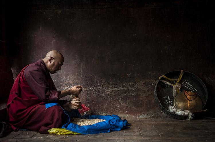 Monge budista em momento de oração. Yushu - Qinghai